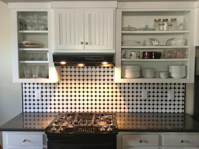 Czarno - biała kuchnia w stylu retro - aranżacje