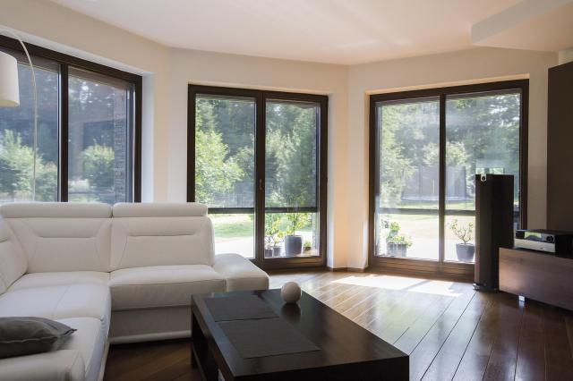 Najważniejsze w życiu rodziny jest wnętrze domu. Sprawdź, jak chronić pomieszczenia markizami okiennymi przed przegrzaniem