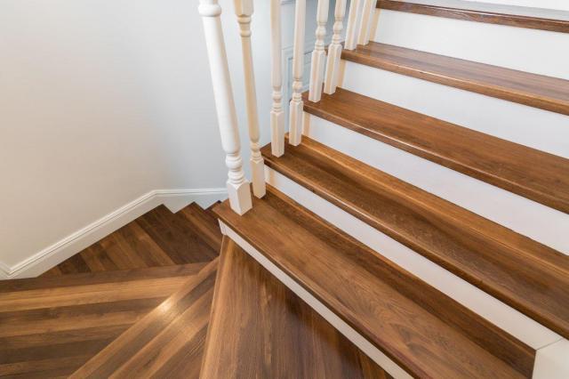 balustrady, schody, drewniane schody, artykuł partnerski
