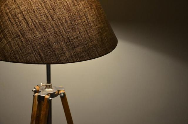 Drewniane lampy do domu – światowy trend w modnych wnętrzach